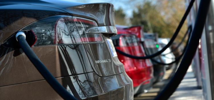 Tesla installe ses premiers superchargeurs sur les aires d'autoroute